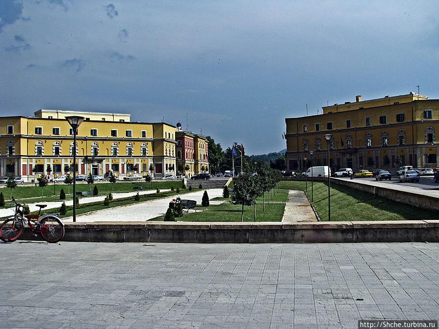 сквер-пложадь рядом, по периметру которой расположились здания министерств Тирана, Албания