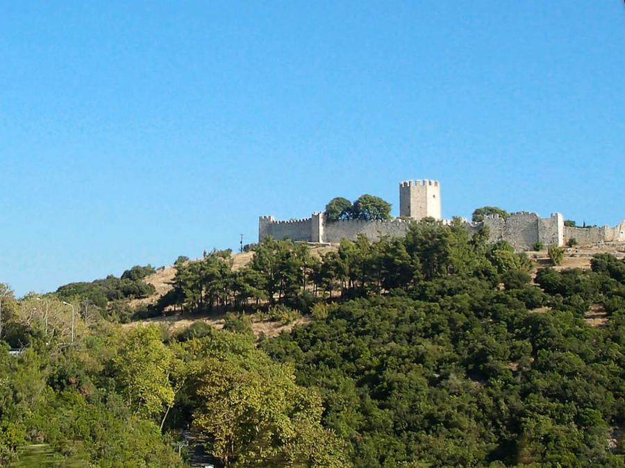 Эта крепость, разумеется, уже времён крестоносцев (13 век). Те, древние, давно уже разрушены