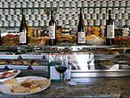Мы тоже не проходили мимо зазывающих наливающих заведений ))) Вино, сыр и оливки — что еще надо?