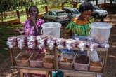Тётеньки продают орехи