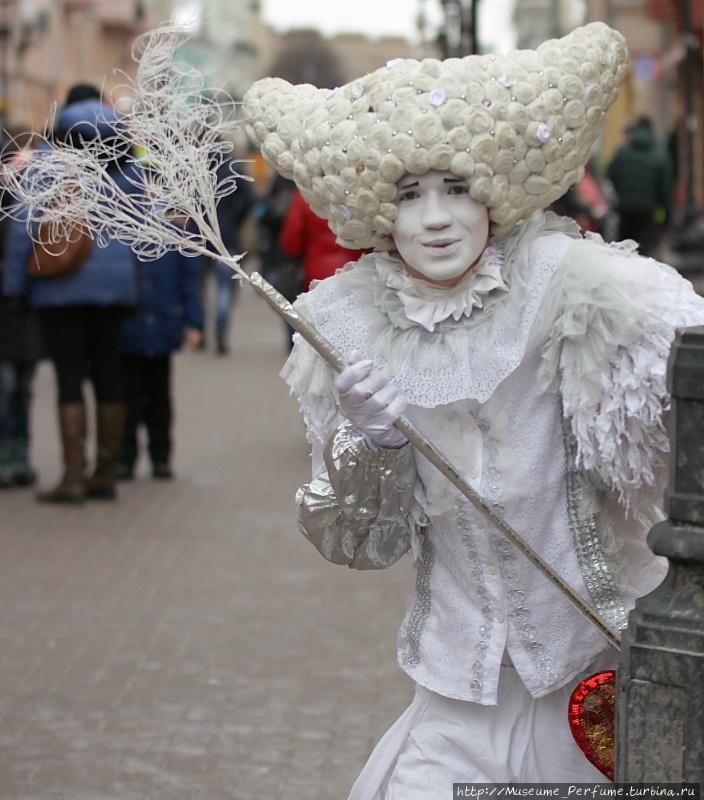 Даже, если у вас нет желания пойти в музей,всё равно приходите на старый Арбат! В праздничные и выходные  дни Московский Музей Парфюмерии проводит на площадке перед музеем занимательные шоу и изысканные развлечения для всех гостей легендарного Арбата.