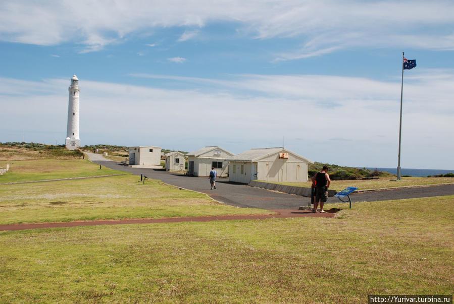 В этих домиках находится музей маяка и живут сотрудники Маргарет-Ривер, Австралия