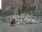 Служители музея-крепости встречают вас в исторических одеждах, что подчеркивает атмосферу средневековья.