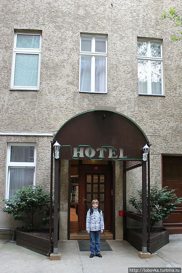 Сам отель расположен во внутреннем дворике.