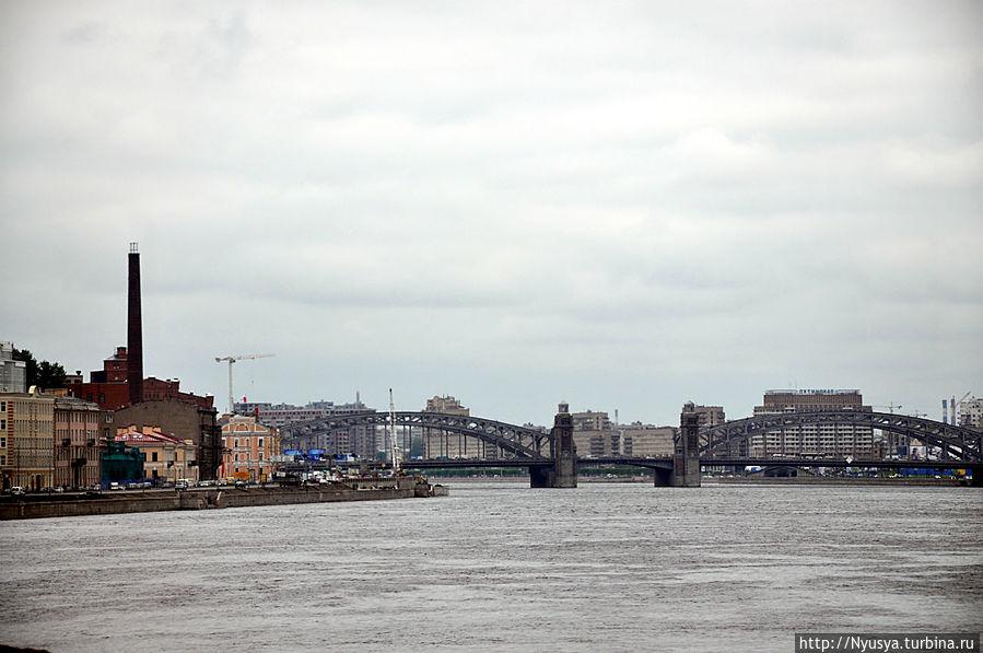 В правой части, за мостом —