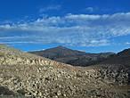 Дорога проходит по горе, постепенно набирая высоту.  Взору открывается красивая панорама гор, небо периодически меняет свою окраску — идти одно удовольствие.