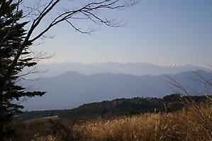 До базового лагеря (Fujinomiya 5th station), находящегося на высоте 2400 метров, летом ходит автобус, но сейчас в декабре дорога перекрыта, можно пройти только пешком. Вид на окрестности