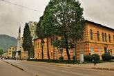 Австро — Венгерский стиль вперемешку со старыми Османскими постройками и со следами Боснийской войны