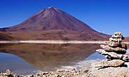 Соляр Уюни — это начальная точка маршрута, а самая дальняя, после которой дорога поворачивает обратно — подножие вулкана Ликанкабур