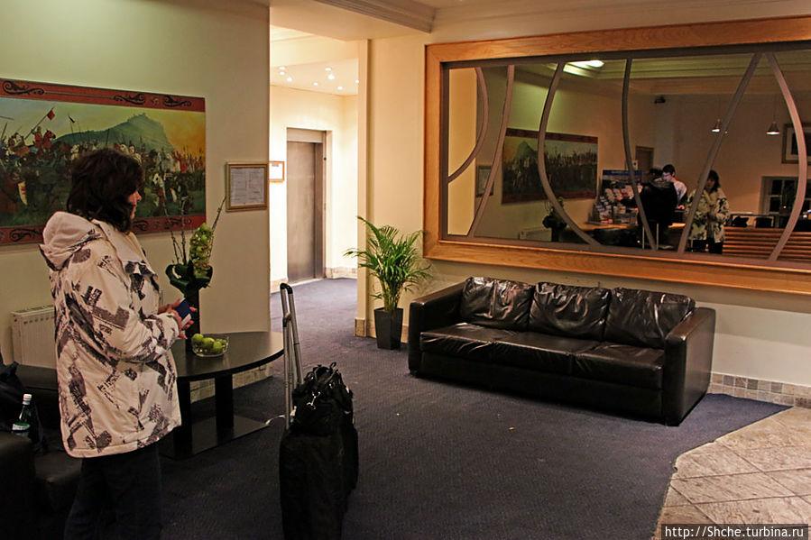 Холл отеля, вечером диваны завалены японцами с планшетниками и смартфонами, Wi-Fi только здесь