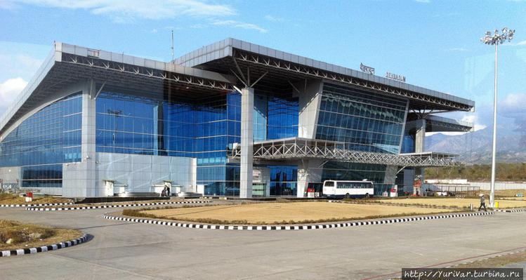 Здание аэропорта в городе