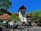 На центральную площадь выходит самый крупный отель-ресторан-магазин Bavaria Inn, который реально занимает почти квартал города