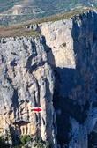 Вот так выглядит «царь природы» на одной из вердонских скал (если конечно вы сможете его там различить).