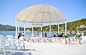 На берегу озера в Амфитеатре идет подготовка к церемонии бракосочетания.