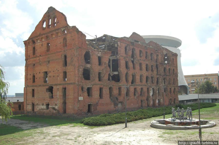 Фонтан на фоне развалин мельницы Гергардта