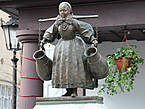 Этот памятник поставили в 1915 году на деньги купца Гольдеиринга. Здесь неподалёку располагалась пивная, где посетителей обслуживали кельнерши в бамберской одежде, и на памятнике изображена одна из них. Сегодня традиции выходцев из Бамберга продолжает Товарищество познаньских бамберов.