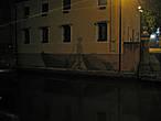 Каналы Тревизо. Тень рыбака на доме нарисована, вернее выложена сеткой.