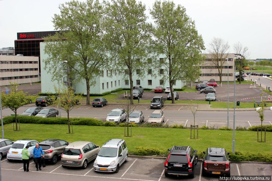 Вид из окна номера .Совсем рядом гостиница Ibis более комфортабельная и несколько дороже.