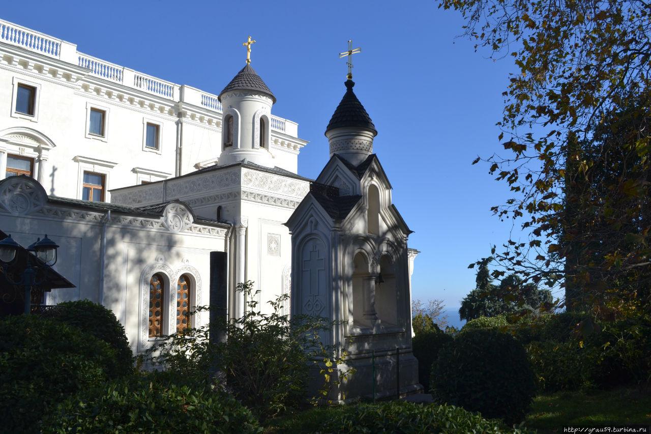 На заднем фоне: храм и дворец, на переднем фоне: звонница (справа)  и Рущукская колонна (слева)