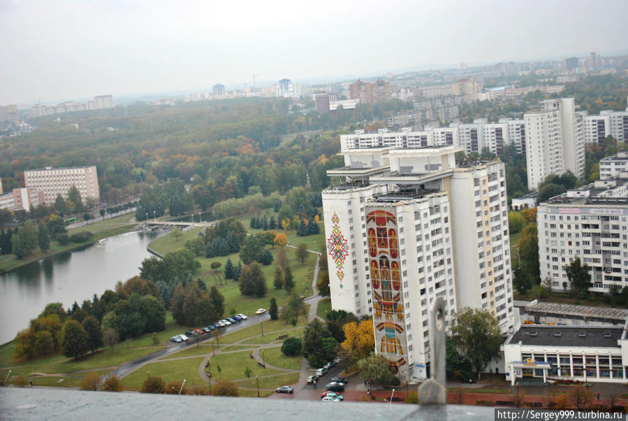 Минск с крыши Национальной библиотеке. За вход (на крышу разумеется) ~ 50 руб. Скоростной лифт.23-й этаж. Есть стационарные бинокли. Этажом ниже неадекватно дорогое кафе.