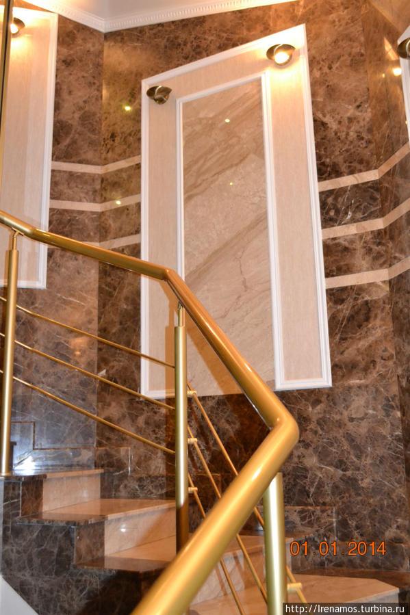 лестница.. справа от которой стеклянный лифт))
