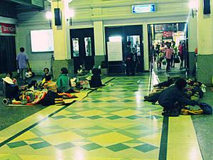 Тайцы ждут поезда