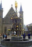 На переднем плане — Фонтан в честь Виллема II. Установлен в 1885 году