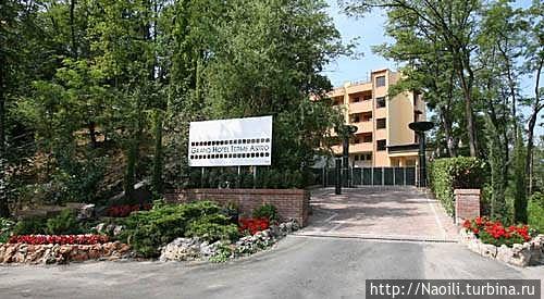 Вход на ткрриторию  отеля на холме. фото из интернет