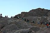 Одних сюда влечет вера, других — простой интерес, но ежедневно большое количество людей поднимаются на гору.