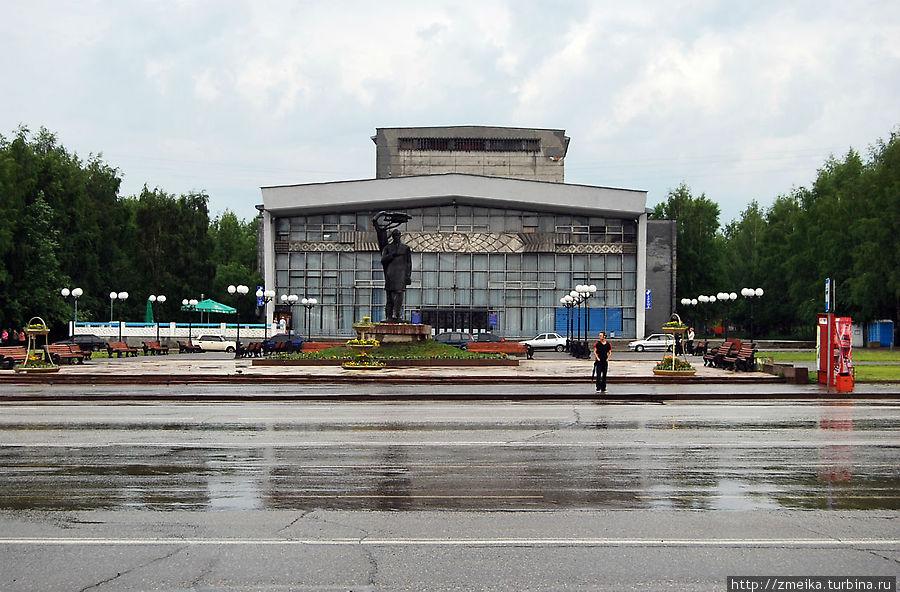 Раньше на Театральной площади, которая находится перед Музыкальным театром, фонтанов не было. Одиноко стоял И.А.Куратов, хотя нет, не одиноко, на нем всегда сидят голуби. Вокруг росли кусты боярышника, мало скамеек, растрескавшееся покрытие типа бетонных плит. В общем, обычная советская площадь. Однажды ее решили благоустроить путем установки фонтанов, заморских кустов, красивых скамеек и фонариков.