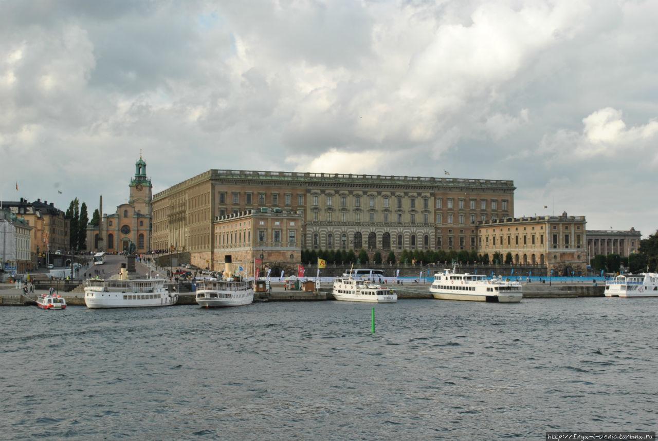 Финская церковь находится напротив левого крыла Королевского дворца.