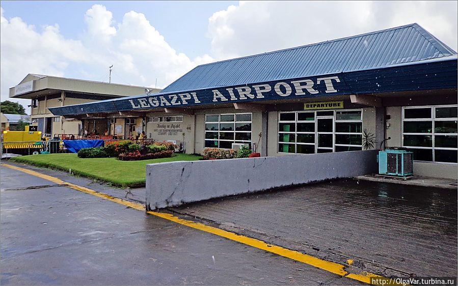 *Пробыли мы в Легаспи недолго, дольше проторчав в аэропорту в ожидании и выяснении обстановки... Легаспи, Филиппины