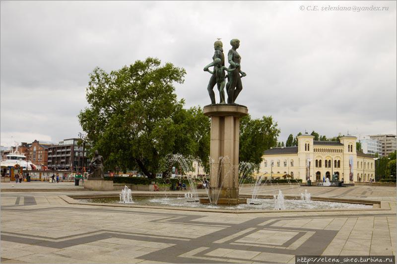 6. Центр Ратушной площади с тем самым фонтаном, который мы уже видели. Слева находится отсутствующая на снимке гавань, справа — ратуша, тоже отсутствующая. На заднем плане желтое здание, заслуживающее нашего внимания, коли уж попало в кадр, хотя к ратуше оно не имеет отношения.