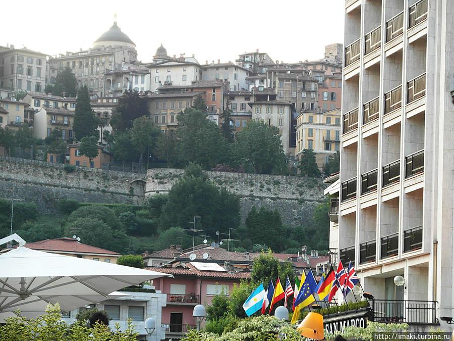 Справа отель — слева старый город
