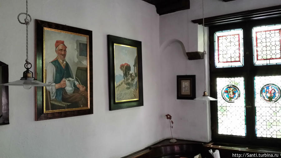 ...а еще картины на стенах и витражные окна.