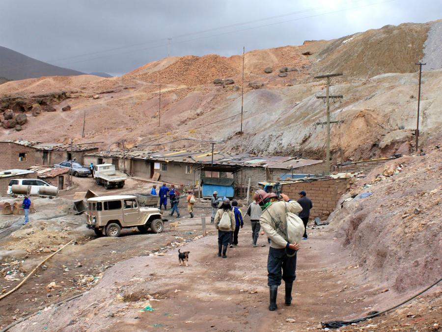 Туристы направляются к входу в шахту