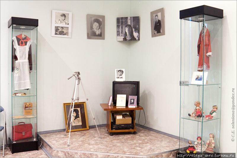 1. Музей занимает одну достаточно просторную комнату. Когда входишь, первым делом обращаешь внимание на этот мемориальный уголок. На стене портрет Нади и её родителей, в стеклянных витринах её вещи и другие относящиеся к теме предметы.