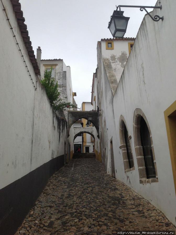 Узкие улицы города Эвора. Эвора, Португалия