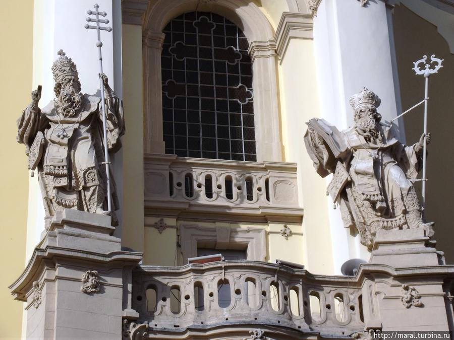 Статуи Отцов христианской Церкви —  святого Афанасия и святого Льва