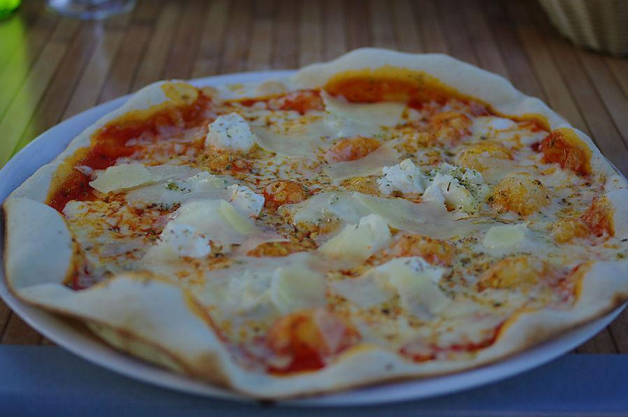 Пицца с несколькими сортами сыров.