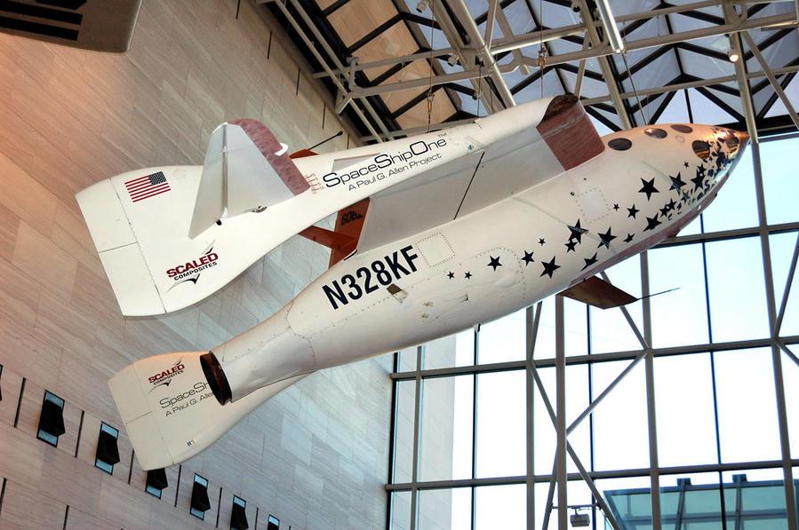 Воздушно-космический самолет Space Ship One. Самолет стартовал с носителя White Knight One на высоте 15 км и выходил в космос, используя свои двигатели. Дальнейшее развитие самолета — SpaceShipTwo — в конце 2014-го года потерпел куршение в пустыне Мохаве