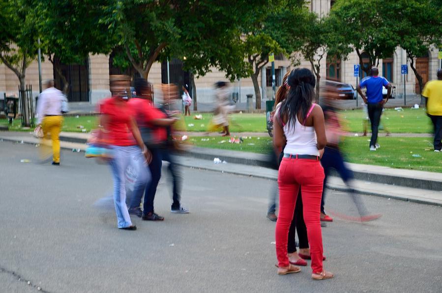 Вокруг дефилирует африканская публика и валяется мусор