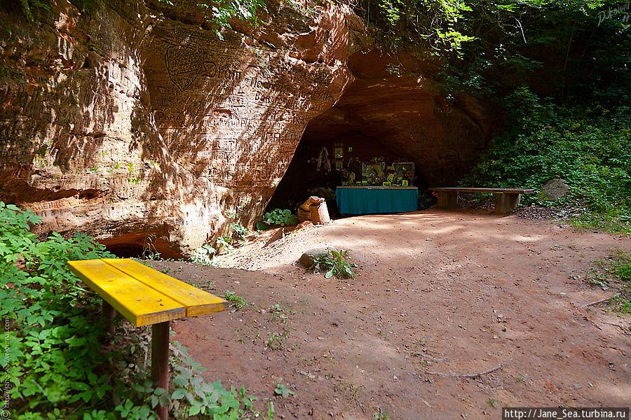 У Пещерки тоже скамеечка... посидеть, подумать, помолчать.