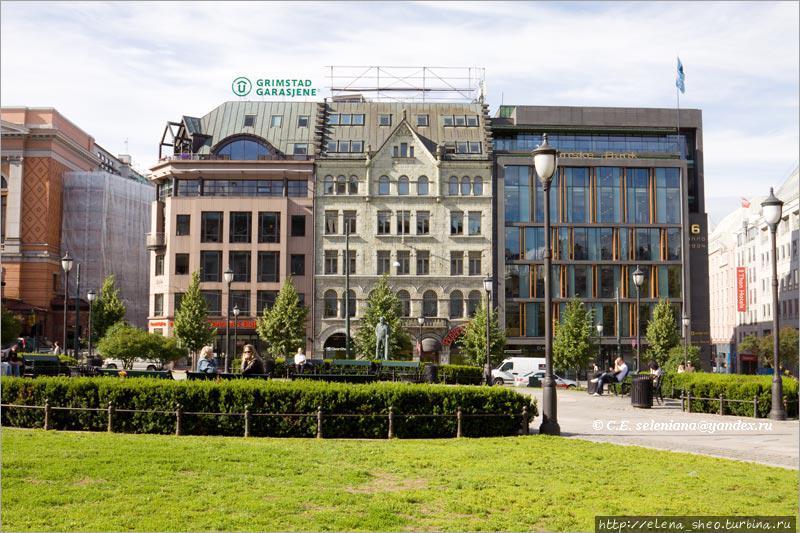 14. Перед парламентом простирается обширная площадь, объединяющая в одно пространство улицу Карла Йохана и параллельную ей  Stortingsgata. Эти симпатичные здания как раз на Stortingsgata и стоят.