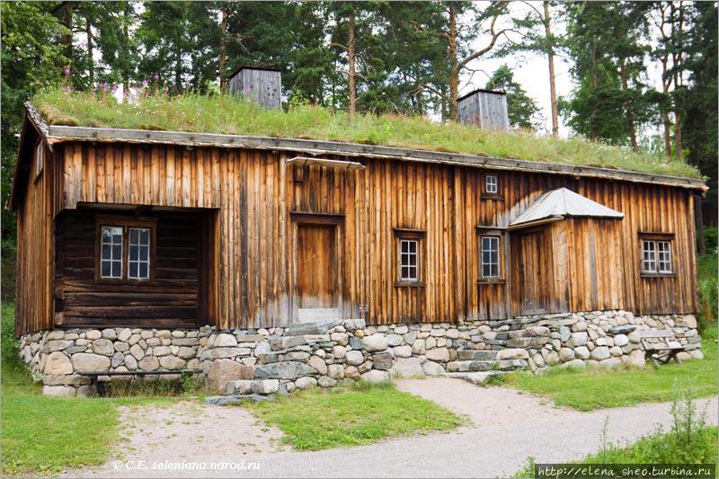 18. Жилой дом с фермы Ховде (Hovdehuset), построенный примерно в 1700 году и расширенный в середине XIX века. Расширение шло справа налево. (№ 52)