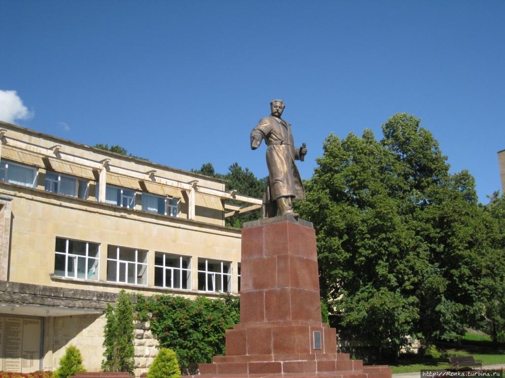 Памятник Орджоникидзе на территории санатория