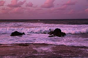 даже волны приобрели розовый окрас