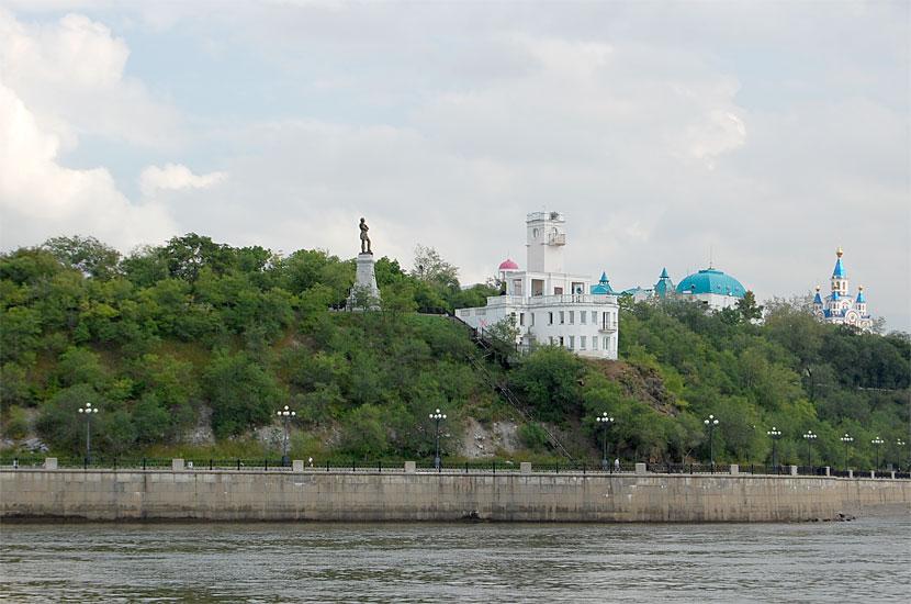 Смотровая площадка и памятник Муравьеву-Амурскому, вид с Амура