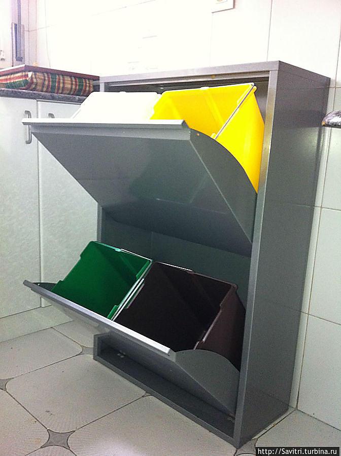 В домах многих испанцев мусорное ведро выглядит именно так. Они делят мусор сразу на четыре категории. Для стекла. для бумаги, пластика и для