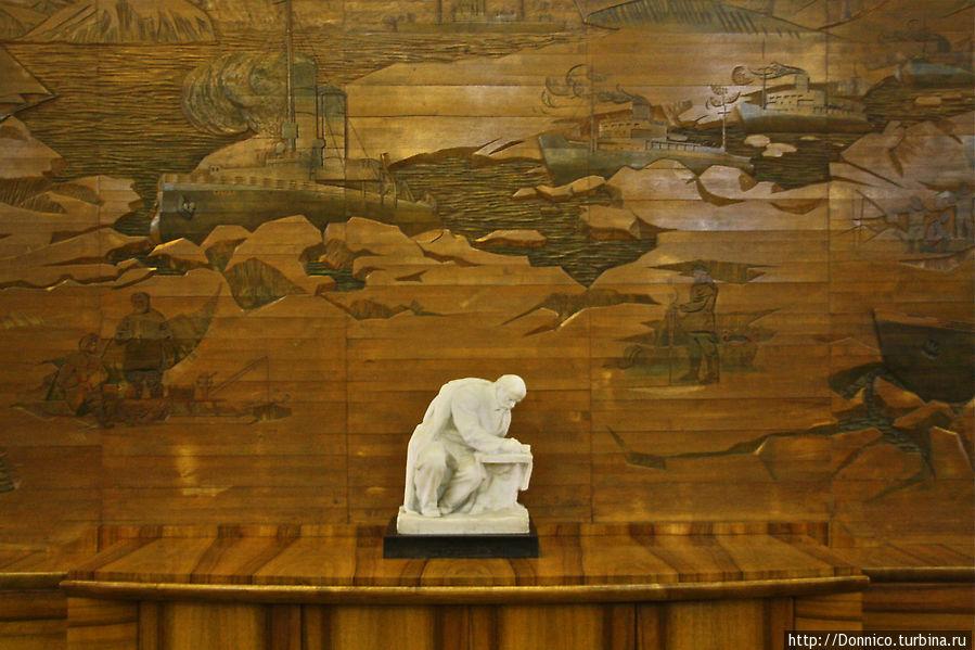 деревянная инсталляция на тему Ленин и история Арктики в центральной кают-компании